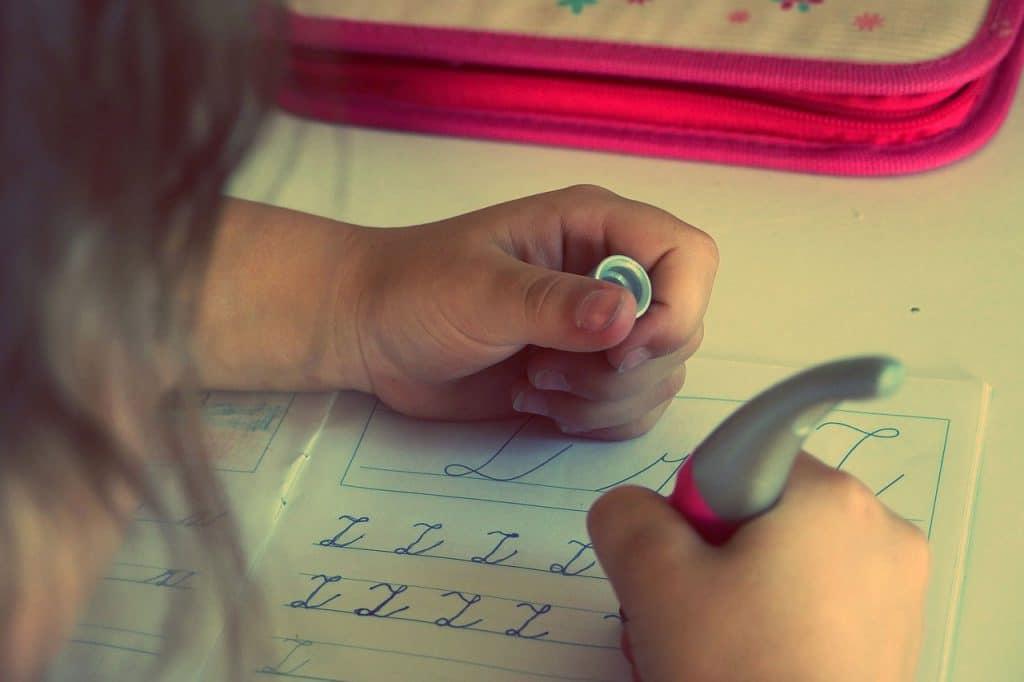 Kind schreibt in Schreibschrift