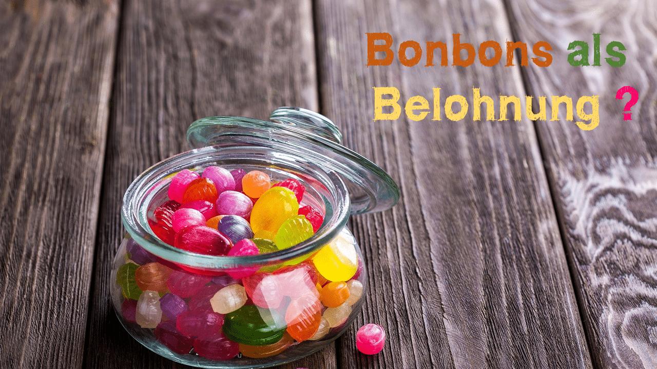 Bunte Bonbons in einem Bonbonglas auf Holzbrett