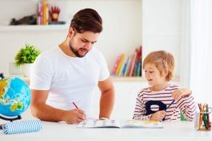 Papa und Sohn lernen zusammen mit Weltkugel