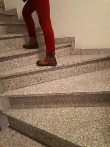 Kind geht die Treppe hoch und zählt dabei die Stufen