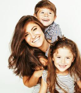 Mutter mit 2 Grundschulkindern hat Lernspaß