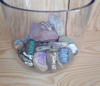 Die Steine werden in einer großen Glasvase aufbewahrt