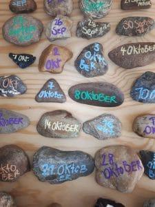 Kalender üben in der Grundschule durch taggenaues Steine beschriften