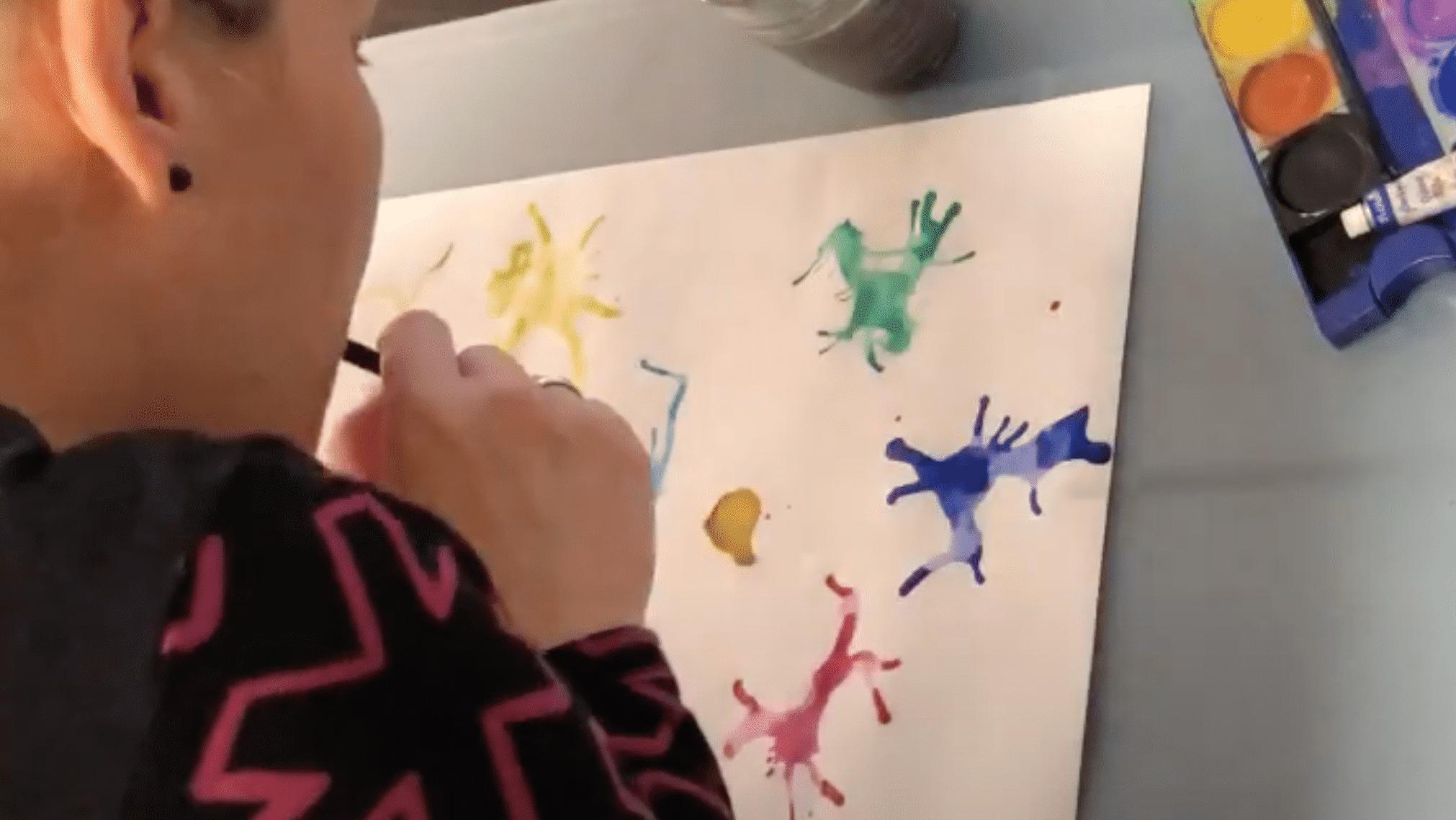 Mach ganz viele bunte Farbkleckse auf dein Blatt
